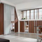 Slizing-inrichting-in-Matglas-en-Noten-Tabak-deurpanelen
